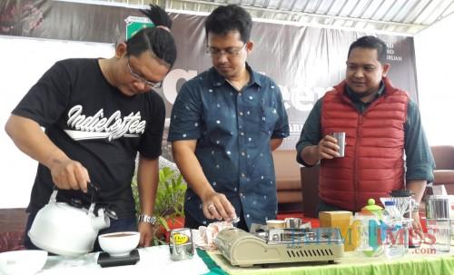 Brewer Indie Coffe Jombang, Andik, berbagi pengalaman menyeduh kopi.