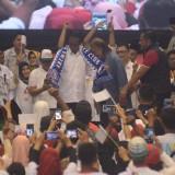Capres RI nomor urut 01 Joko Widodo saat mendapat syal Arema di GOR Ken Arok, Kota Malang. (Foto: Nurlayla Ratri/MalangTIMES)