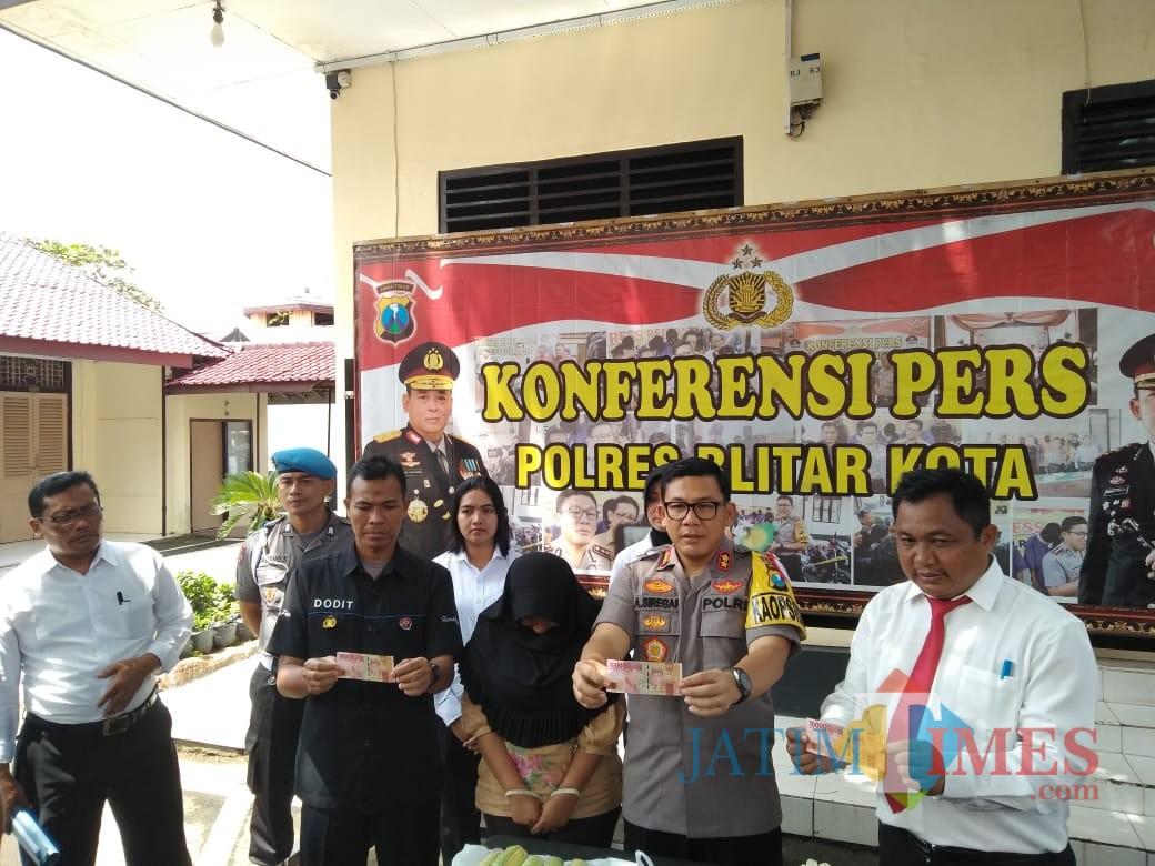 Polres Blitar Kota mengamankan pelaku Sugiarti dan BB uang palsu.(Foto : Team BlitarTIMES)