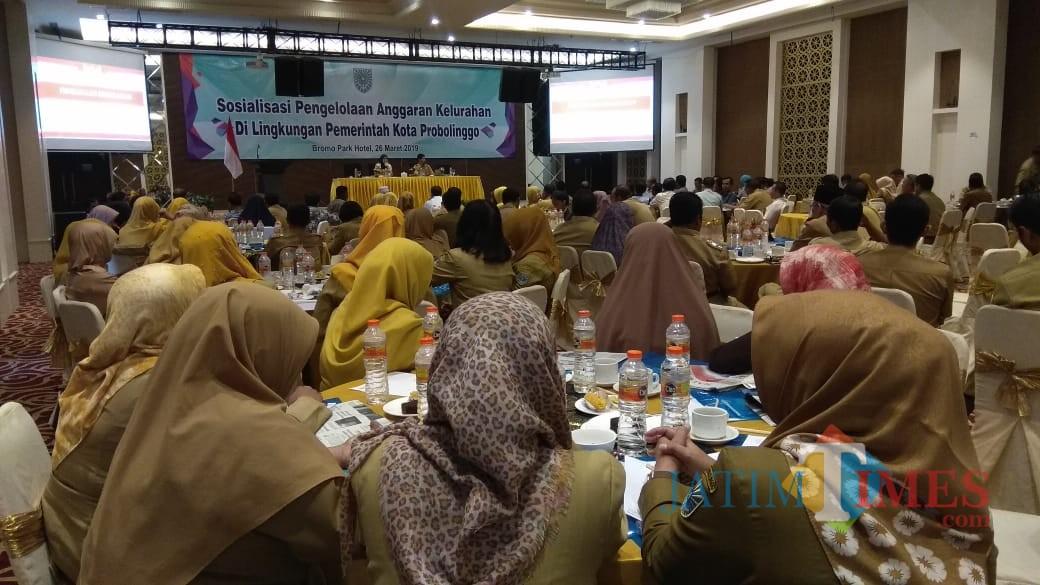 Suasana saat sosialisasi dana kelurahan di Hotel Bromo Park Kota Probolinggo  (Agus Salam/Jatim TIMES)