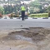 Jalan rusak dan berlubang di Jl Sultan Agung Kota Malang dikarenakan rembesan air pipa air PDAM Kota Malang. (Pipit Anggraeni/MalangTIMES).