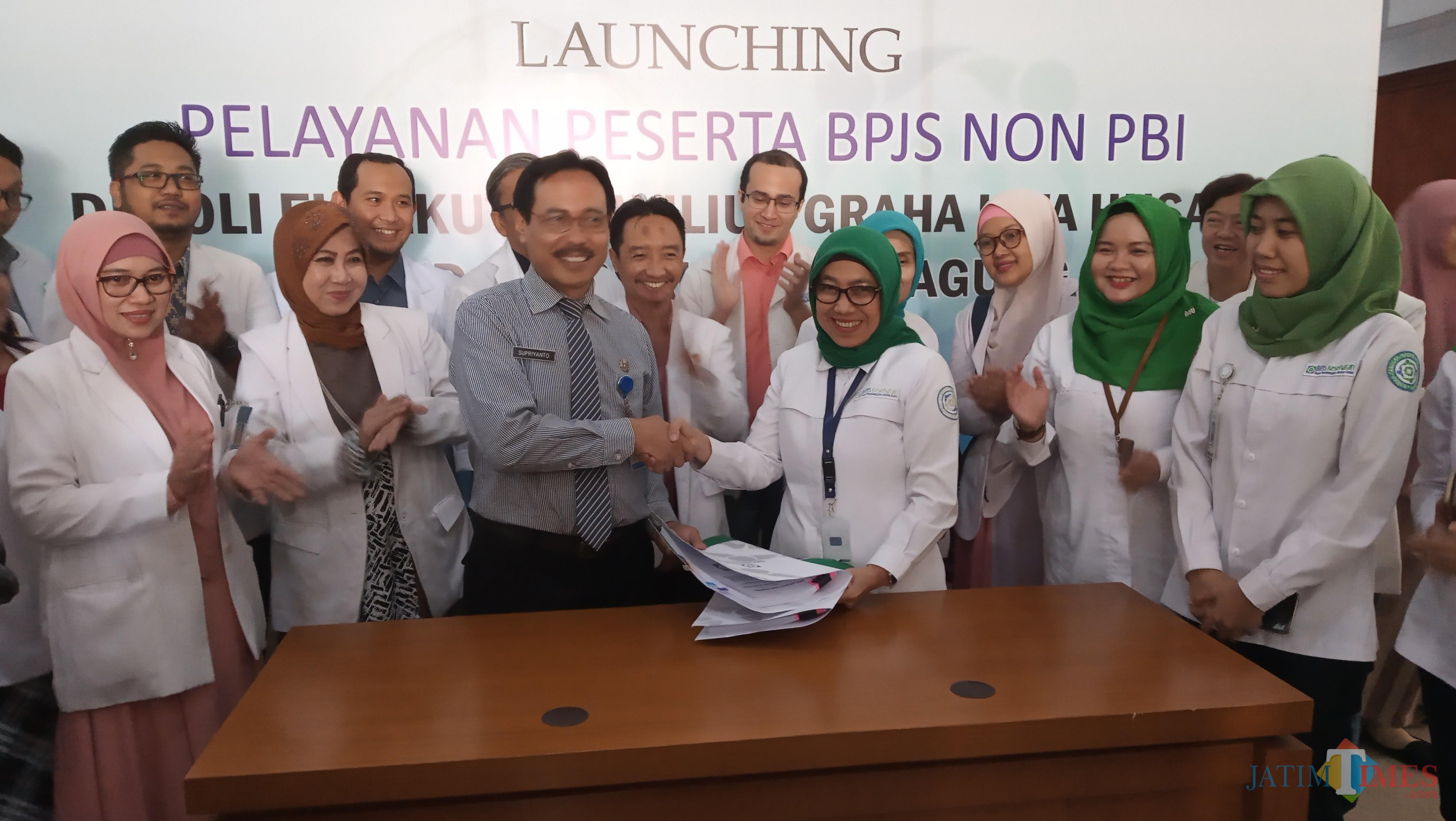 Direktur RSUD dr.  Iskak,  Supriyanto tunjukan MOU dengan Kepala Cabang BPJS Kesehatan Tulungagung (foto:  Joko Pramono/Jatim Times)