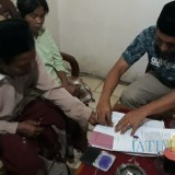 Orang tua korban saat menandatangani pencabutan laporan. (Agus Salam/Jatim TIMES)