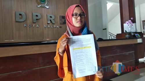 Divisi Advokasi MCW ntan Dita menunjukkan analisa terkait dugaan korupsi dalam proyek pembangunan jalan di Kota Malang. (Foto: Nurlayla Ratri/MalangTIMES)