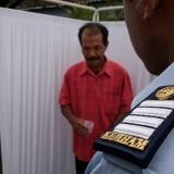 Salah satu pengunjung lapas saat dicek dahaknya untuk mengetahui  tertular TB atau tidak. (foto:  Joko Pramono/Jatim Times)