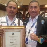 Kepala BNN Kabupaten Malang Agus Musrichin (kiri) saat menerima penghargaan juara 1 Satker terbaik nasional. (BNN for MalangTIMES)