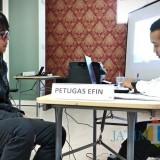 Petugas di Pojok Pajak Kanwil DJP Jatim III tengah melayani wajib pajak mengurusi laporan SPT tahunan. (Foto: Nurlayla Ratri/MalangTIMES)