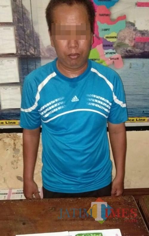 Suryono tersangka pengecer judi saat diamankan polisi, Kecamatan Dampit (Foto : Polsek Dampit for MalangTIMES)