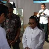Menteri Hukum dan Ham Yasona saat berbincang dengan pendeta gereja merah (Agus Salam/Jatim TIMES)