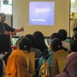 Adi Saraceno saat memberikan materi tentang cara mendatangkan pembeli dengan instagram di ruang galeri kantor Dinkop dan UKM Kota Malang (Luqmanul Hakim/Malang Times)