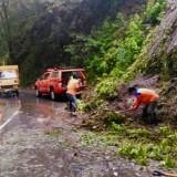 Hujan Terus Turun dan Longsor Mengintai, Dinas PU Bina Marga Berjibaku