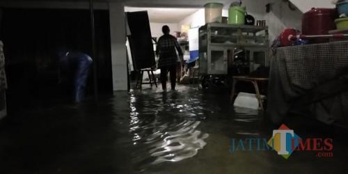 Rumah warga di kawasan Jalan Letjend S Parman Kota Malang yang terendam banjir akibat hujan dengan intensitas tinggi. (Foto: Nurlayla Ratri/MalangTIMES)