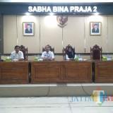 Syahrial Fary (kanan) dan PJ Sekda Kabupaten Bondowoso, Agung Tri Handono (tengah) saat memberikan paparan