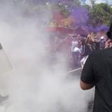 Anggota kepolisian saat menghalau massa yang kian beringas. (foto:  Joko Pramono/Jatim Times)