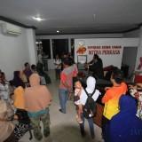 Suasana di kantor KSU Mitra Perkasa Jatim nasabah berkumpul  (foto:Agus Salam/JatimTIMES)