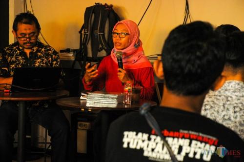 Ika Ningtyas, Penulis buku sekaligus jurnalis saat menjelaskan karya tulisnya dalam bedah buku Menambang Emas di Tanah Bencana (Luqmanul Hakim/Malang Times)
