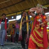 Kadispar Kota Cirebon Alimudin (dua dari kanan berselendang kuning) belajar tari dengan mengikuti gerakan dari penari cilik topeng malangan di Kampung Budaya Polowijen (Luqmanul Hakim/Malang Times)