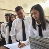 Para CPNS saat menerima Surat Keputusan di Balai Kota Batu, Jumat (29/3/2019). (Foto: Irsya Richa/MalangTIMES)