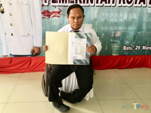 Choirul saat menunjukkan Surat Keputusan CPNS di Balai Kota Among Tani, Jumat (29/3/2019). (Foto: Irsya Richa/MalangTIMES)
