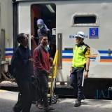 Para penumpang yang hendak naik kereta di Stasiun Kediri. (eko Arif s /JatimTimes)