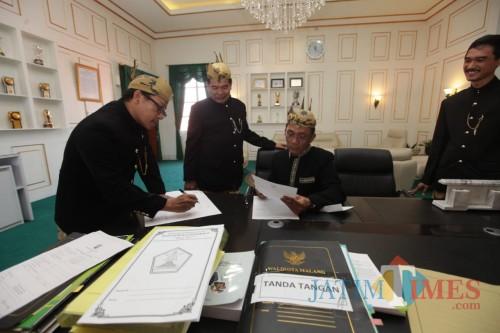 Penyerahan dan penandatangan SK Plt Direktur Utama PD RPH Kota Malang. (Foto: Humas Pemkot Malang for MalangTIMES)