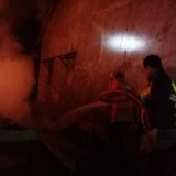 Petugas pemadam kebakaran BPBD Jombang saat melakukan pemadaman api. (Istimewa)