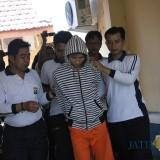 Pelaku pengedar sabu saat digalandang di Mapolres Jombang. (Foto : Adi Rosul / JombangTIMES)