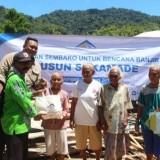 Situasi pemberian bantuan oleh PT BSI kepada korban terdampak banjir Sukamade dan warga kurang mampu di Rowojambe