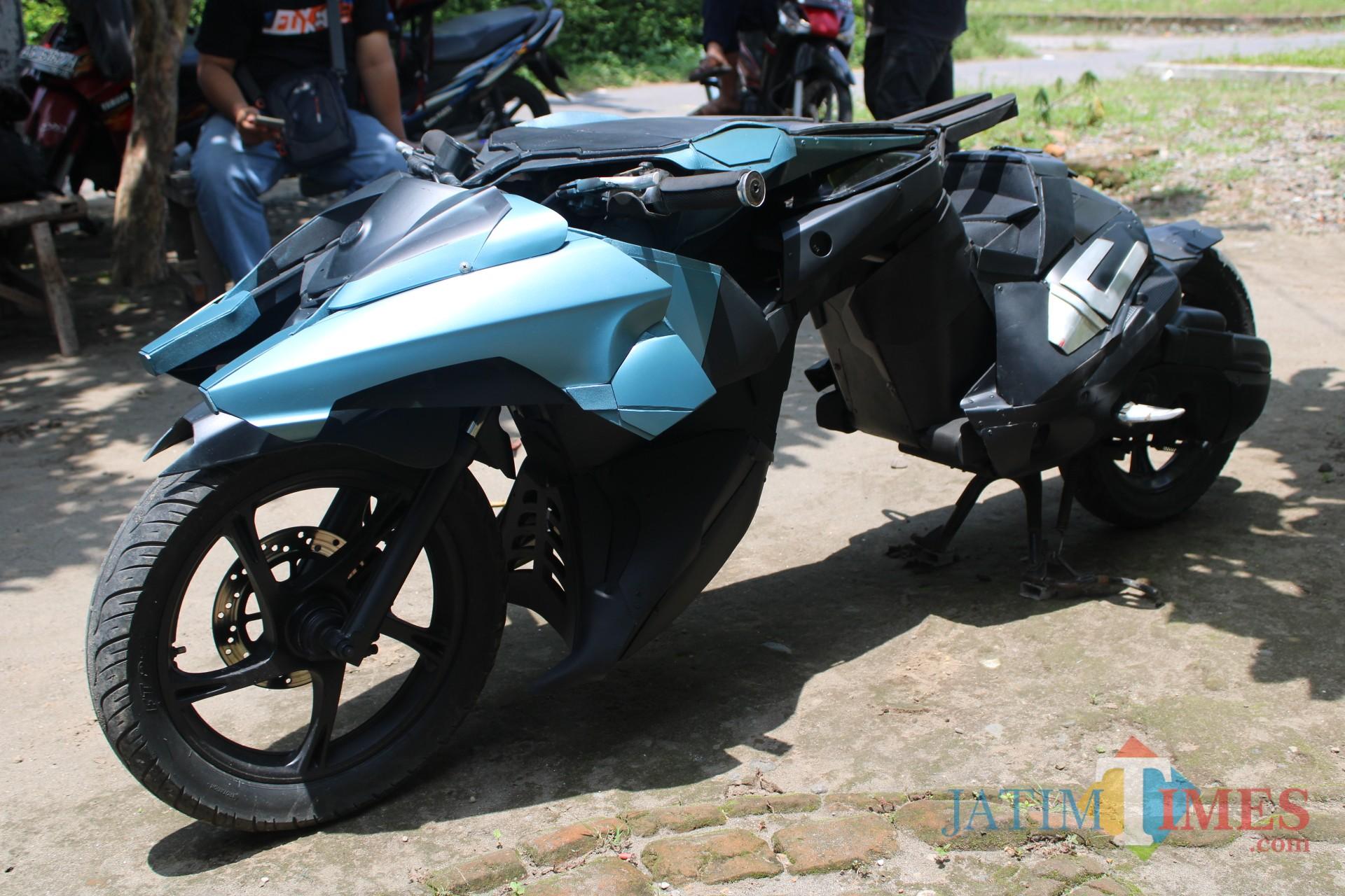 Motor batman yang diciptakan oleh Mohamad John Aris Joenaidi (33), warga Desa Badang, Kecamatan Ngoro, Kabupaten Jombang dengan dinamai motor cyber. (Foto : Adi Rosul / JombangTIMES)
