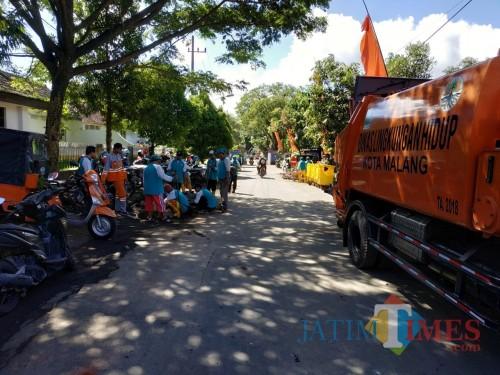 Suasana kerja bakti yang dilakukan anggota Dinas Lingkungan Hidup Kota Malang Jum'at (29/3/2019) (foto: Hendra Saputra/ MalangTIMES)