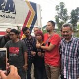 Esa Prayoga memakai topi merah marun ditangkap tim intel Kejaksaan Batu bersama Intel Kejati Jatim