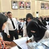 Suasana CPNS Pemkot Batu saat mengantre menerima Surat Keputusan di Graha Pancasila, Balai Kota Among Tani. (Foto: Irsya Richa/MalangTIMES)