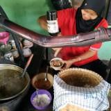 Istri pemilik warung soto Mbah Jani saat melayani pembeli. (eko Arif s /JatimTimes)