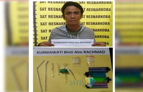 Tersangka Kurniawati  beserta barang bukti sabu saat diamankan polisi. (Foto : Humas Polres Malang for MalangTIMES)