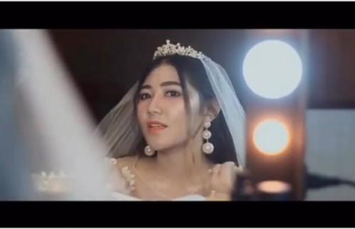 Via Vallen saat berkaca mengenakan bandana mahkota di depan kaca. (Foto: instagram @viavallen