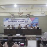 Bedah buku Desa Wisata Benteng NKRI di Unisba Blitar berjalan sukses dihadiri ratusan peserta.(Foto : Aunur Rofiq/BlitarTIMES)