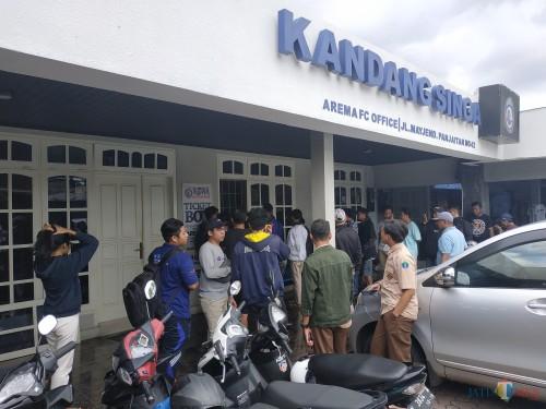 Suasana pembelian ticket box di Kandang Singa. (Hendra Saputra)