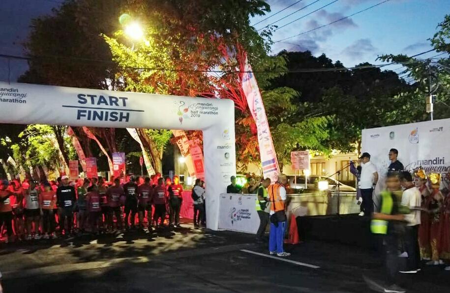 Bupati Banyuwangi Abdullah Azwar Anas melepas para peserta Banyuwangi Half Marathon 2019