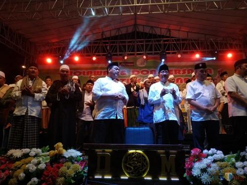 Ridwan Hisjam (3 dari kiri) ketika bersama Akbar Tanjung dalam acara majelis sholawat di depan Stasiun Kotabaru (foto: Hendra Saputra/ MalangTIMES)