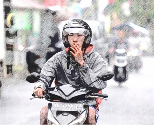 Ilustrasi pengendara motor sambil merokok di jalanan (Ist)