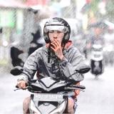 Mengemudi Roda Dua Sambil Merokok, Siap-Siap Dapat Surat Sayang Senilai Rp 750 Ribu