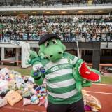 Maskot Persebaya Jojo saat hujan boneka di Stadion Gelora Bung Tomo