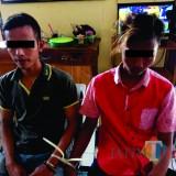 Dua pencuri bibit ikan kerapu dan mesin pompa air saat berada di ruang pemeriksaan Polres Situbondo (Foto: Heru Hartanto/ SitubondoTIMES)