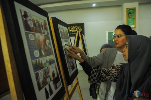 Marcella Zalianty melihat pameran cuplikan komik yang diproduserinya saat launching