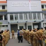 Terlihat Ratusan ASN di lingkup Pemkab Jombang saat pembacaan Ikrar pernyataan sikap Aparatur Sipil Negara. (Foto : Adi Rosul / JombangTIMES)