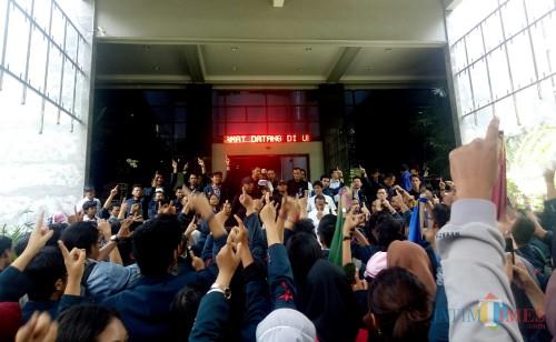 Demo di depan Rektorat UB. (Foto: Imarotul Izzah/MalangTIMES)
