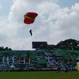 Atraksi Terjun Payung Meriahkan Harmoni HUT ke 105 Kota Malang