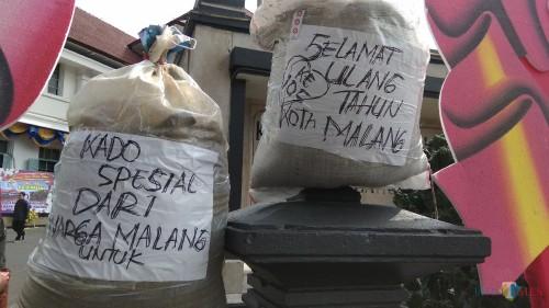Karung-karung berisi pasir yang menjadi kado dari warga untuk HUT ke 105 Kota Malang. (Foto: Nurlayla Ratri/MalangTIMES)