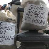 Protes Unik, Karung Isi Pasir Jadi Kado dari Warga untuk HUT ke 105 Kota Malang