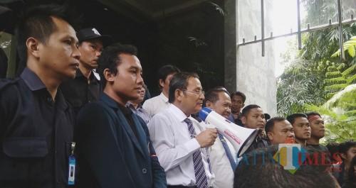 Rektor UB Nuhfil Hanani saat menjawab tuntutan mahasiswa, Senin (1/4/2019)(Foto: Imarotul Izzah/MalangTIMES)